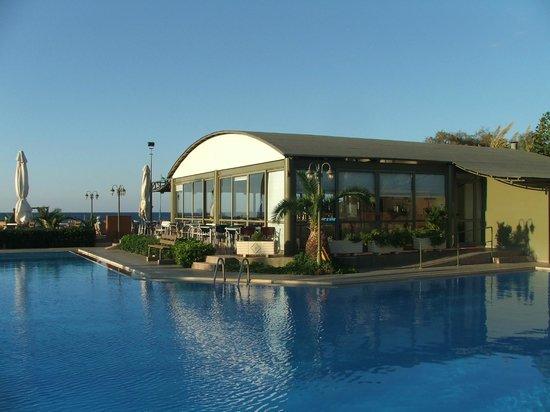 Marinos Beach Hotel Apartments : Ресторан, утром здесь же завтраки