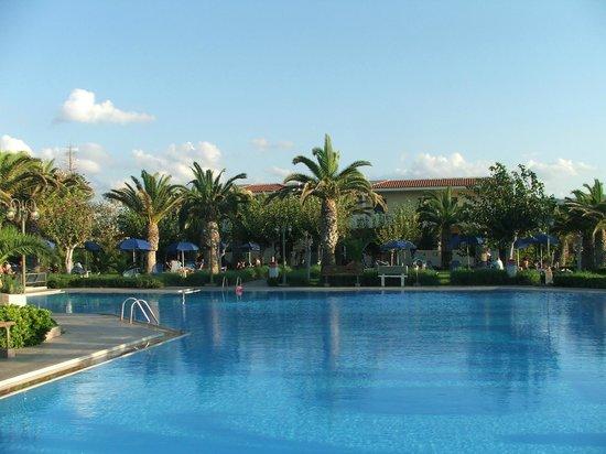 Marinos Beach Hotel Apartments : Вид на отель от бассейна