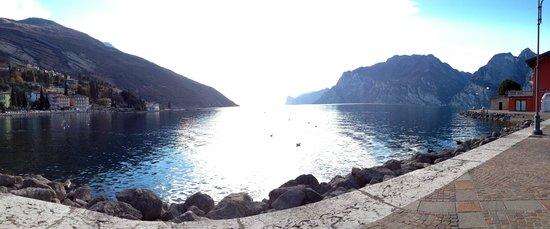 Hotel Lago di Garda : The lake! Just outside the hotel.