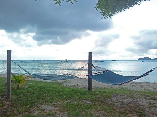 Oualie Beach Resort: Hammocks at the beachfront (about 40 feet from our door)