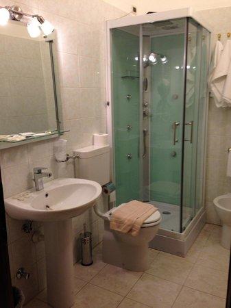 Hotel Nizza: Bagno con doccia