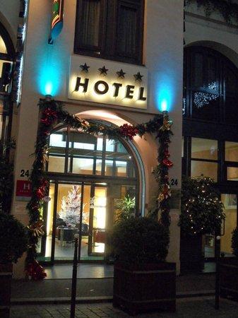 Opera Cadet Hotel : Hotel entrance