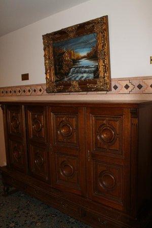 Ecoland Hotel-Boutique: Коридоры и интерьер декорирован под старину