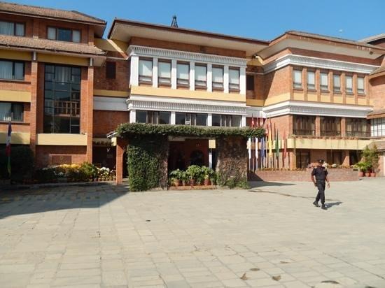 Shangri-La Hotel Kathmandu: Hotel main entrance