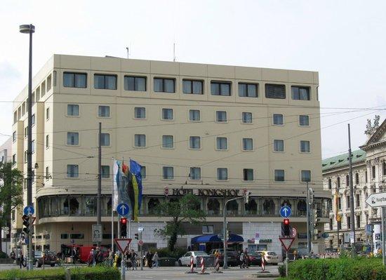 Hotel Koenigshof: Hotel from Karlplatz.