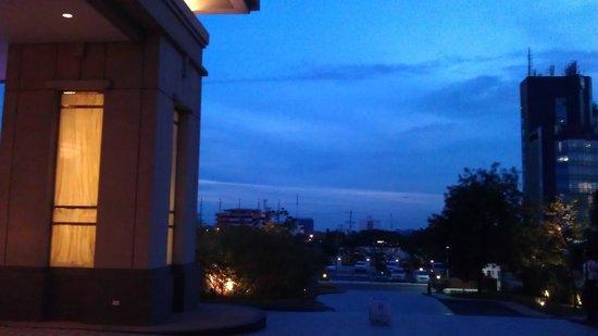Radisson Blu Cebu : Центральный вход вид с боку