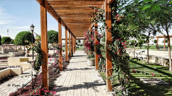 Movenpick Hotel Al Aziziyah Doha: The beautiful pergola of the garden