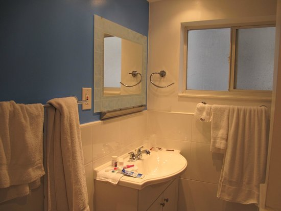 snooze: Cool mirror and shiny clean tile
