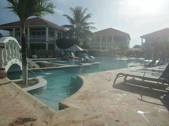 Belizean Shores Resort: The pool at Belizean Shores