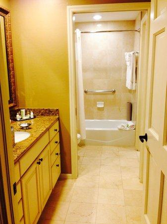 Bellasera Hotel: Bathroom with vanity.