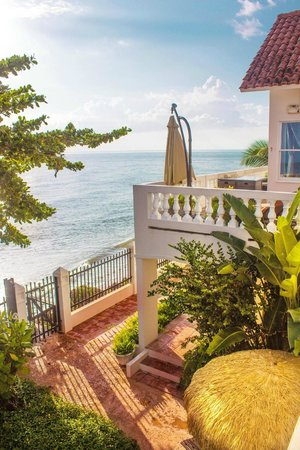 Tres Sirenas Beach Inn : View from balcony of the Ocean View rooms, overlooking the beach and pool area