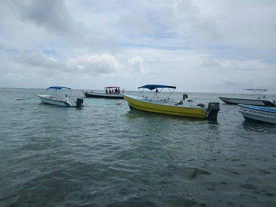 Réserve marine de Hol Chan : Boats anchored at Hol Chan