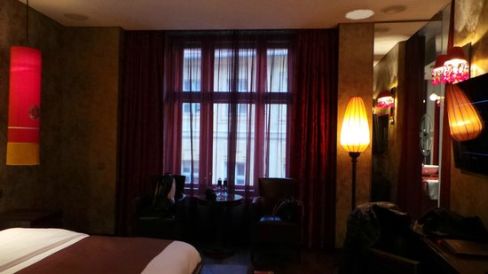 Buddha-Bar Hotel Prague: Stunning Red Blinds - remote controlled!
