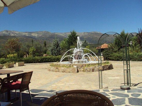 El Balcon de la Vera Hotel Restaurante: Fuente y vistas de la Sierra de Gredos desde el hotel.