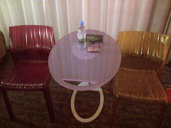 Ibis Styles Macon Saint Albain La Salle : haribo et bouteille d'eau