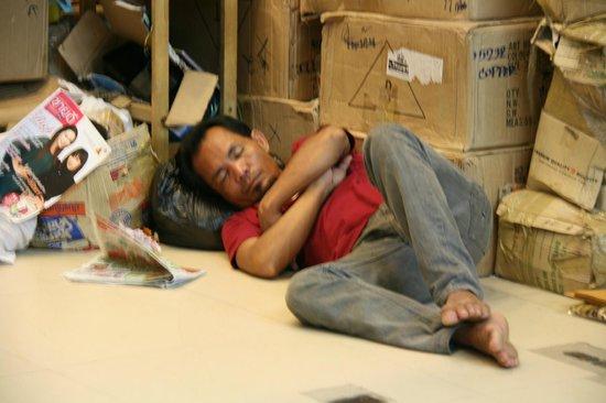 Pratunam Market: Wirker takes a rest