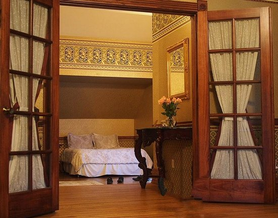 The Pink Mansion: Alcove with second bed