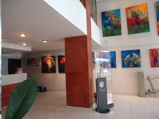 Icaro Suites: Hall Central