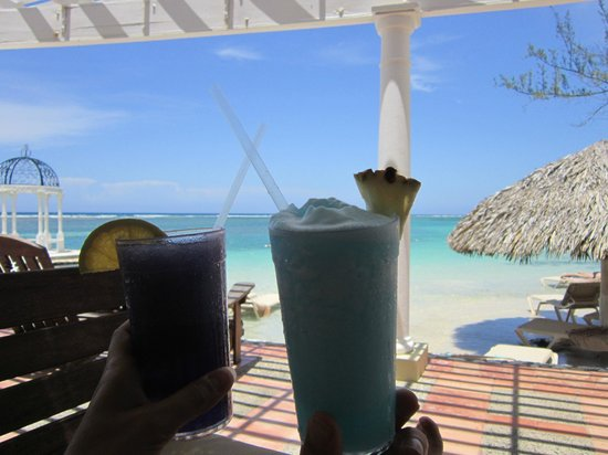 Sandals Royal Caribbean Resort and Private Island: Blue Sunrise and Purple Rain mixed drinks
