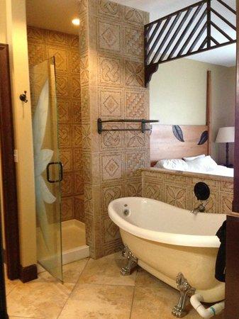 Wyndham Kona Hawaiian Resort: Master bedroom tub and shower