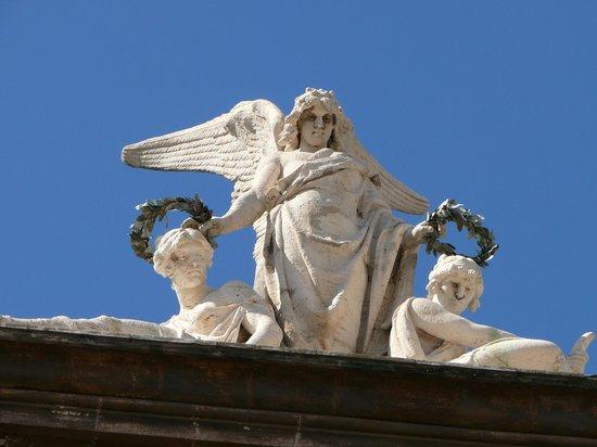 Teatro Massimo Bellini: Фигуры на крыше