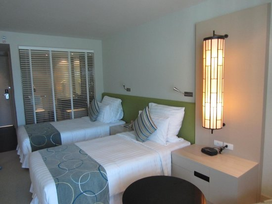 Millennium Resort Patong Phuket: Double beds with view into bathroom