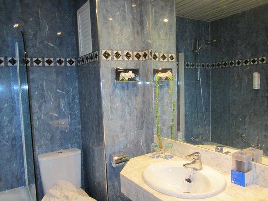 Hotel Sevilla Macarena: Baño