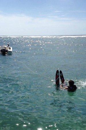 Le Meridien Ile Maurice : Esquí acuático desde el embarcadero del hotel