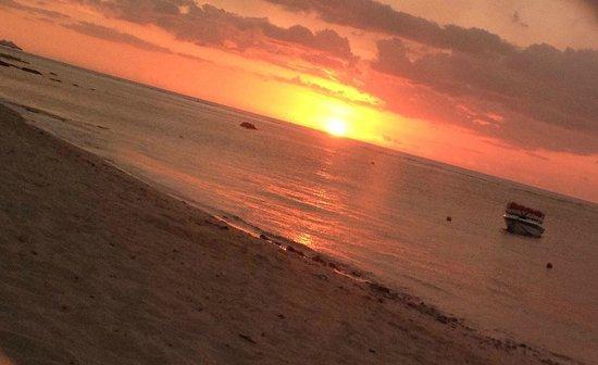 Le Meridien Ile Maurice : Puesta de sol desde la playa del hotel