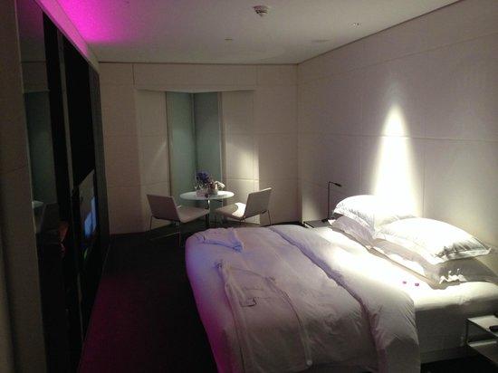 ME London Hotel: Habitación Aura... cama 2x2