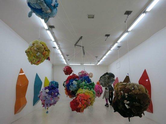 MoMA PS1: ぬいぐるみを利用した作品