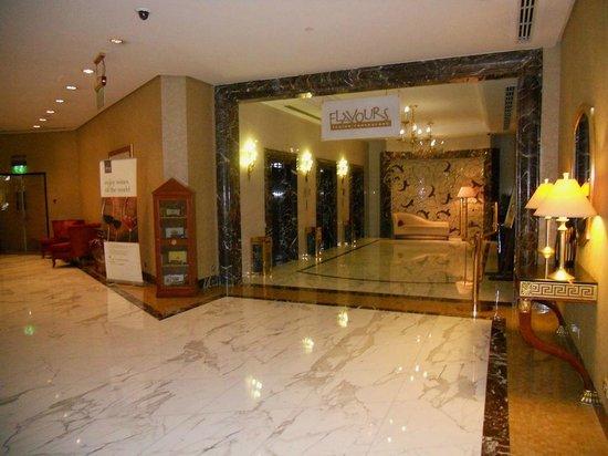 Sheraton Abu Dhabi Hotel & Resort: Eingangsbereich zum Restaurant samt Fahrstühlen
