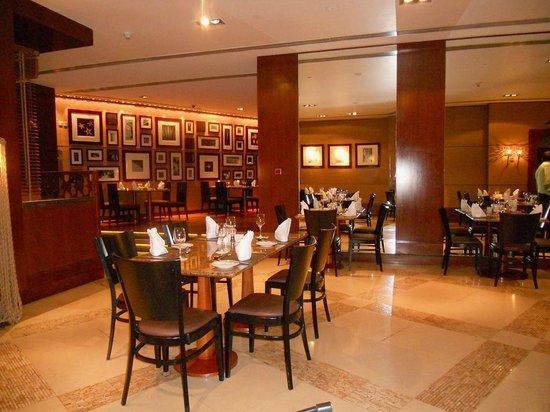 Sheraton Abu Dhabi Hotel & Resort: Blick von unserem Stammtisch ins schön eingerichtete Flavours
