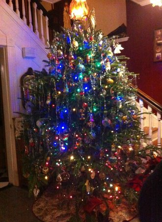 Back Inn Time: Christmas Tree in entrance