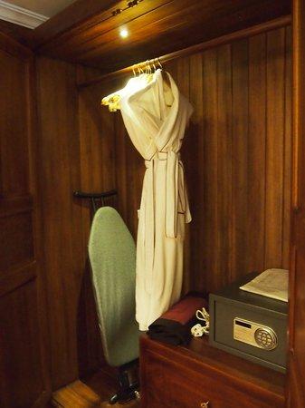Saem Siemreap Hotel: バスローブ、セーフティボックス