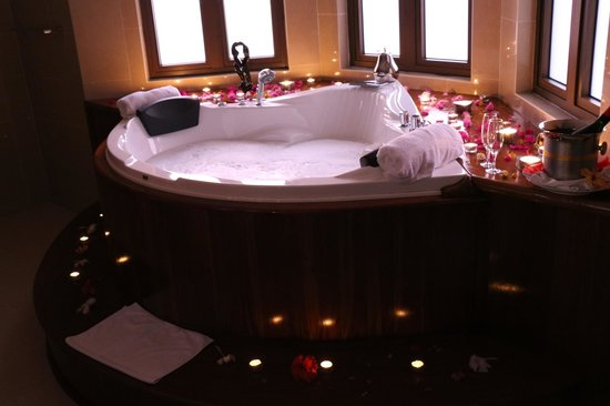 Glacis, Seyşeller: Jacuzzi in der Honeymoon-Suite