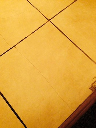 Morritts Tortuga Club and Resort: cracked tiles in bathroom