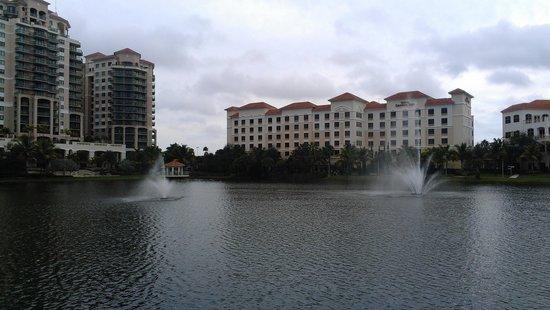 Hilton Garden Inn Palm Beach Gardens: View from Downtown mall across lake