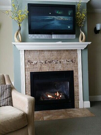 Ehrhardt's Waterfront Resort: warm fireplace
