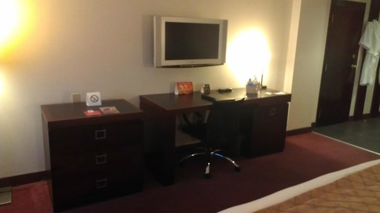 Hotel Ruby Foo's : TV and working desk.