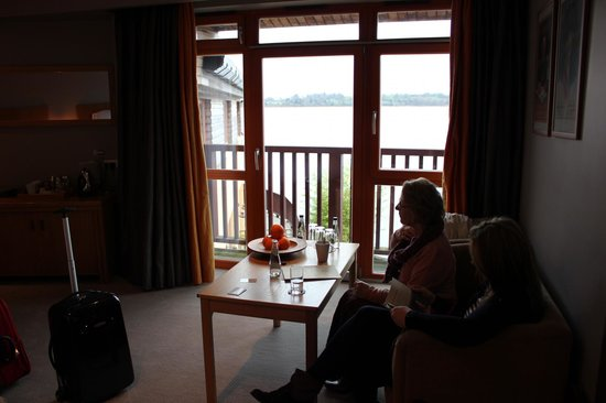 Wineport Lodge: View to Lake