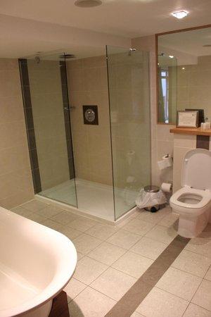 Wineport Lodge: En Suite bathroom