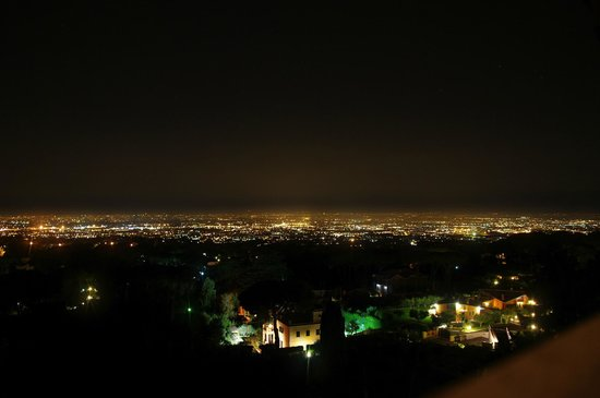 Al Pino B&B : Visuale dalla camera su Roma di notte