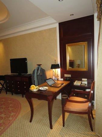 Grand Central Hotel Shanghai: Desk