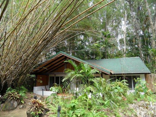 Kewarra Beach Resort & Spa: Unser Bungalow (man sieht hier nur EIN Schlafzimmer - das zweite ragt in den Wald hinein)