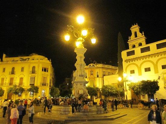 Plaza del Triunfo : Vista nocturna de la plaza.