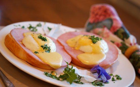 Historic Jacob Hill Inn : Eggs Benedict
