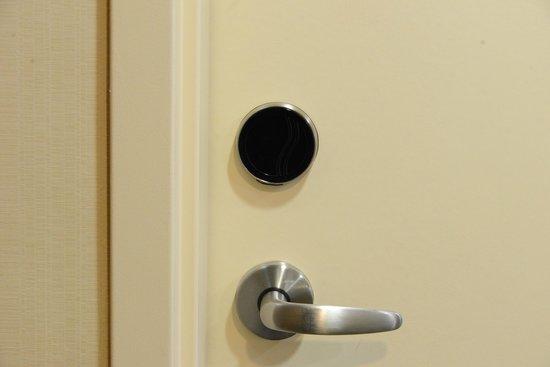 Hampton Inn & Suites Parsippany/North: Touchless locks