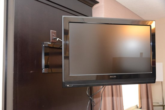 Hampton Inn & Suites Parsippany/North: Articulating mount means TV can be seen from sleeping area or meeting area (for presentations)