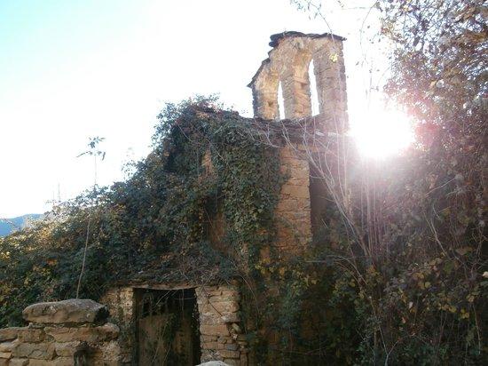 Casa Rural Tomaso: Iglesia sitiada alrededor
